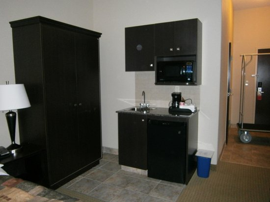Ramada Pincher Creek: microwave, coffe machine and cupboard area