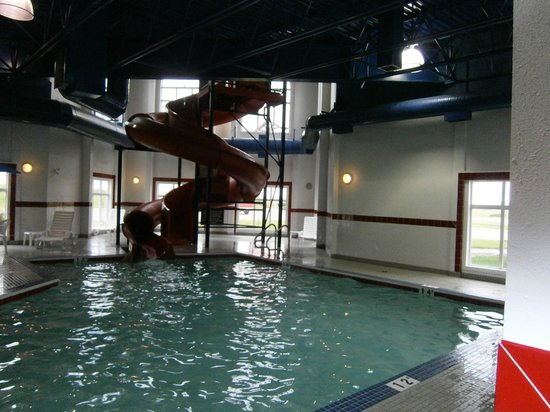 Ramada Pincher Creek : pool with waterslide