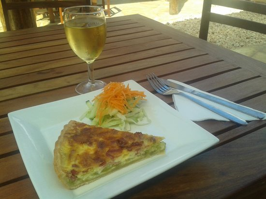 L'Asiate Cafe & Catering: Quiche, mixed greens and a glass of French white wine