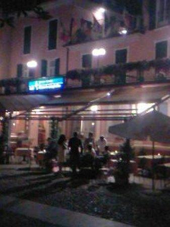 Hotel Pesce d'Oro: à minuit sur le bord du lac,vue sur l'hôtel