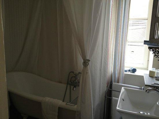 L'Aunette Cottage : Curtains around bathtub