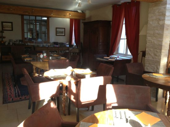 L'Aunette Cottage : Lovely dining room with lots of books