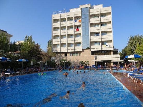 Hotel Ambasciatori: vista dell'Hotel dalla piscina