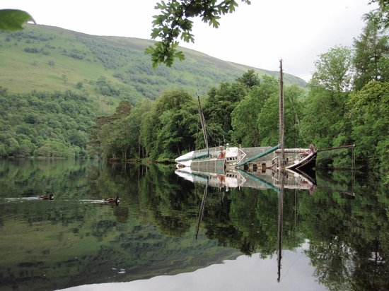 Glengarry Castle Hotel: Capsized Boat on Loch Oich