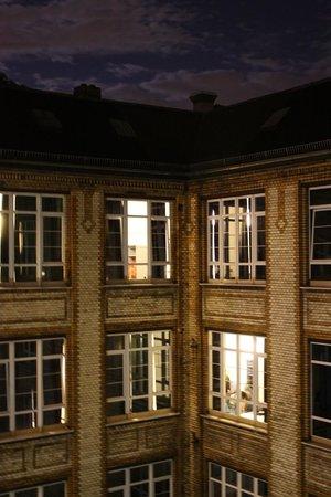 Hotel Transit: Innenhof - Blick von einem Zimmer zum Innenhof