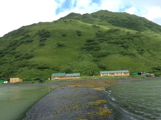 Kodiak Adventures Lodge - Larry Carroll: The lodge - view from boat