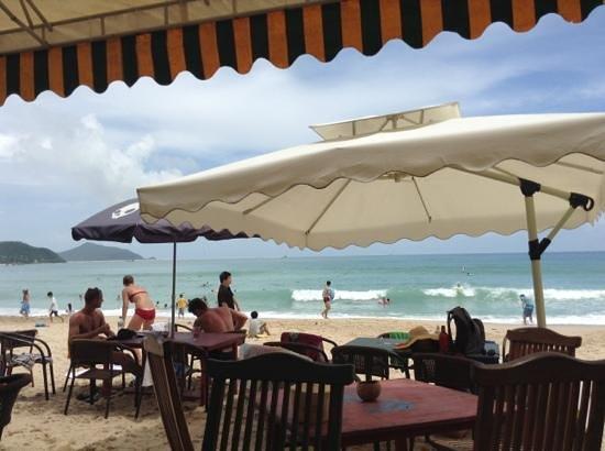 Sanya Surf Club: vista dal bar in un. giorno di maremosso