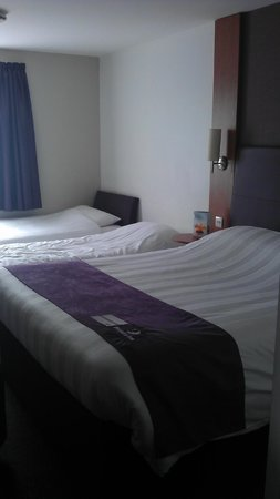 Premier Inn Dartford : Large double bed and 2 singles