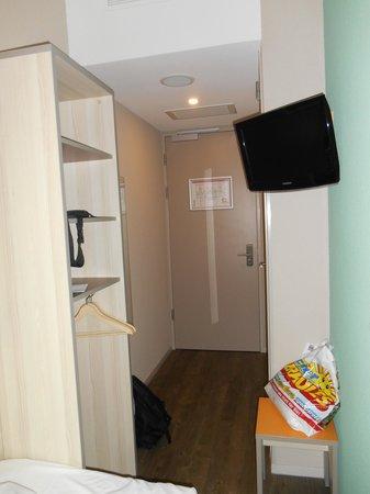 MEININGER Hotel Amsterdam City West: Zimmer gegen Eingangstüre