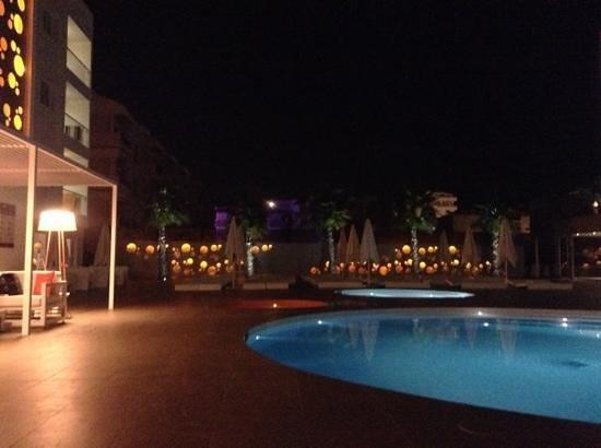 Ibiza Sun Apartments: Pool area at night