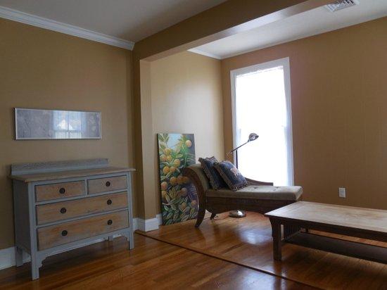 The Inn on Locust Street: Sitting aea of spacious, suny bedroom with attached bathroom