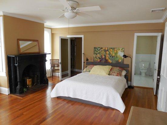 The Inn on Locust Street: Bedroom #1 has private bathroom