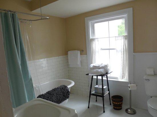 The Inn on Locust Street: Attached bathroom