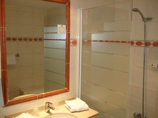 Univers Hotel: Bathroom