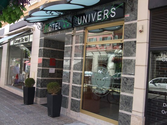Entrance to Univers Hotel