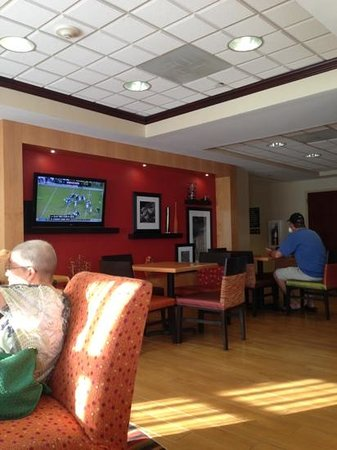 Hampton Inn - Groton: breakfast and sitting area