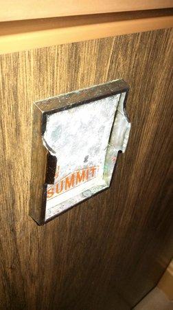 Hollow Inn and Motel: Broken refrigerator handle...sharp edges!