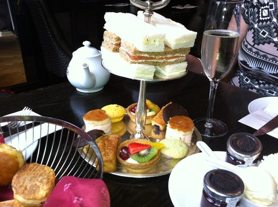 Courthouse Hotel: Selection of cakes and sandwiches