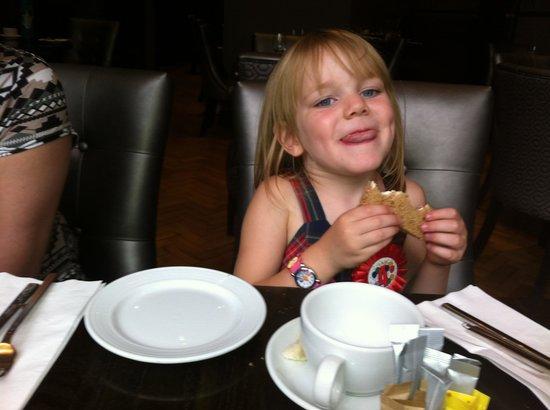 Courthouse Hotel: Enjoying the sandwiches