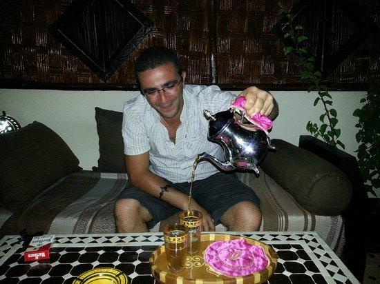 Riad Dar Najat : Fafa qui sert le thé à la menthe