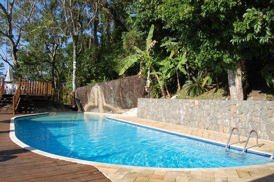 Hotel Coquille - Ubatuba : Piscina limpíssima, perto da floresta.