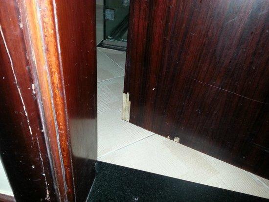 Tulip Inn Sharjah: Damaged door