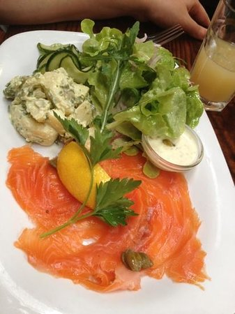 Farmgate Restaurant: salmon salad