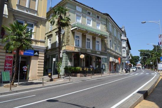 Pizzeria Roko: le restaurant dans la rue principale d'Opatjia