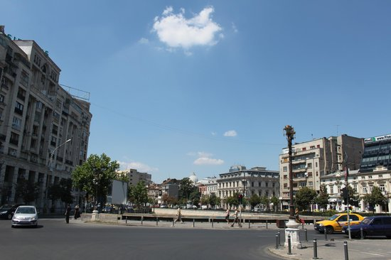 Unirii Square : Busy roadway adjacent to the park