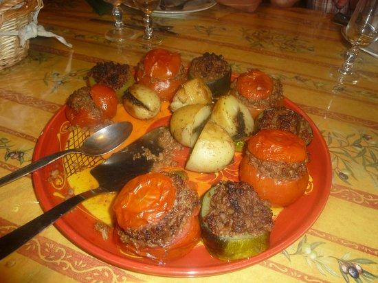 Le Mas des Vertes Rives: Tomates rellenos de pato y patatas rellenas de tapenade de olivas negras!!!