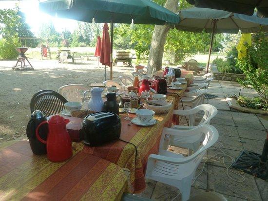 Le Mas des Vertes Rives: El desayuno al aire libre!!!