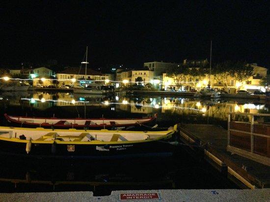Chez Pascal: Hafenkulisse vor dem Restaurant bei Nacht (nach dem Essen)