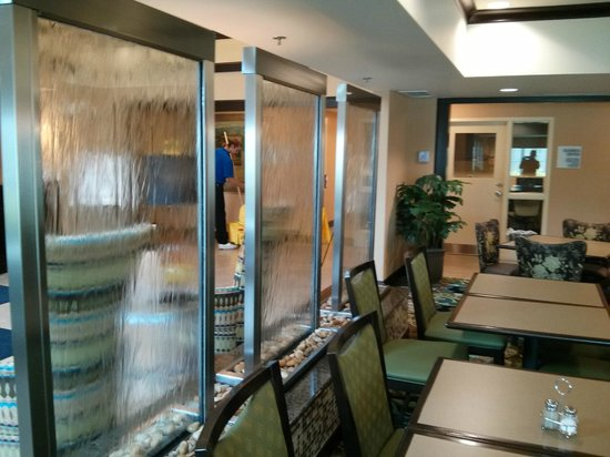 Holiday Inn Express Columbus - Dublin: Lobby with water wall
