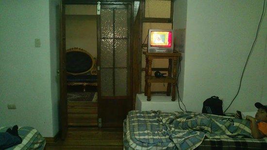 Hostal Los Pinos: Vista de la habitación y su recibidor
