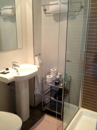 Hotel Feliz: Bathroom @ room 302
