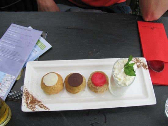 La Mère Poulard Café : Ridiculously small and not good