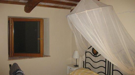 Montarlese: letto standard con zanzariera