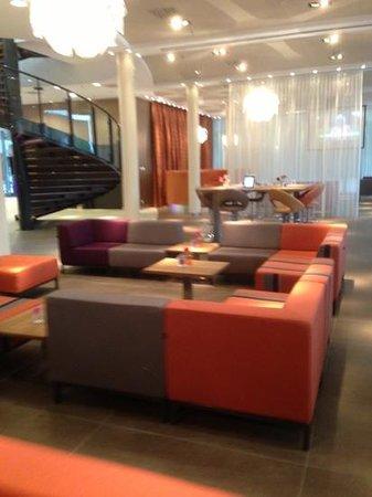 Hotel Lumen: ruime lobby met vrij te gebruiken Ipads