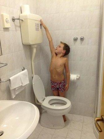 Grand Hotel Excelsior: probeer het toilet door te trekken