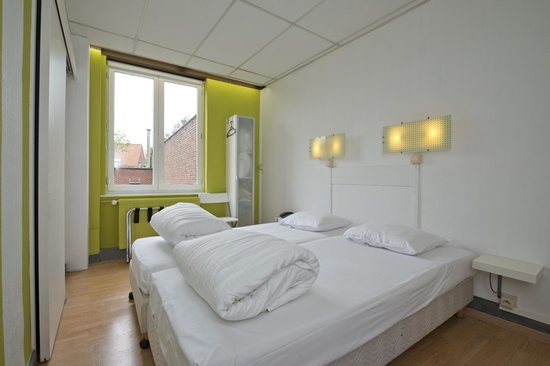 Gasthof 't Zweerd: renovated back room twin bed 106