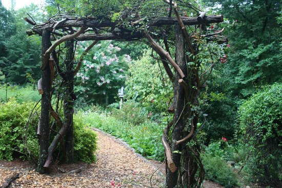 Bent Creek Lodge: Arch in garden