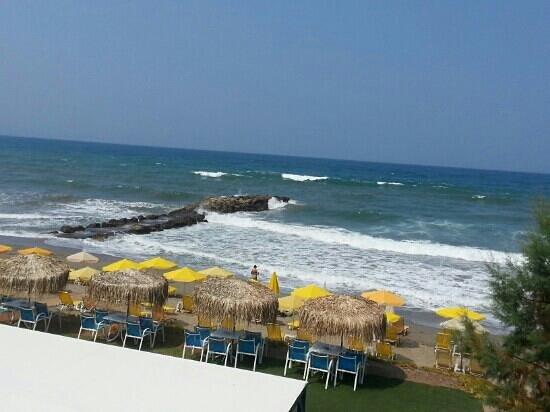 Akoition Hotel: beach in front