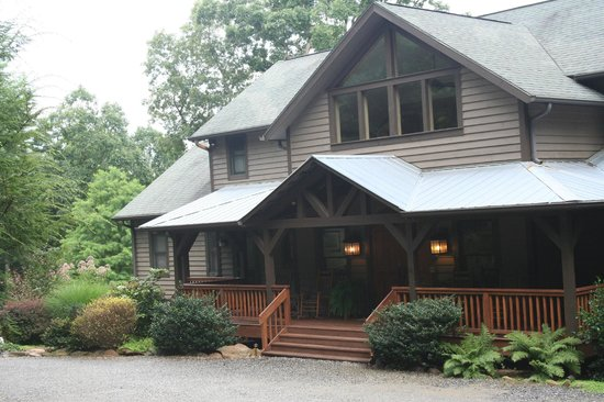 Bent Creek Lodge: View of lodge