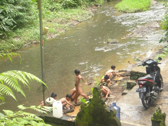 Villa Agung Khalia : Kids playing in the river aroung VAK