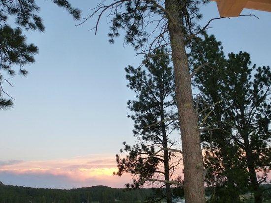 Rock Crest Lodge : Nice pine framed sunsets