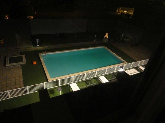 Appart'City Confort Grenoble Alpexpo: Piscine de l'hotel, de nuit