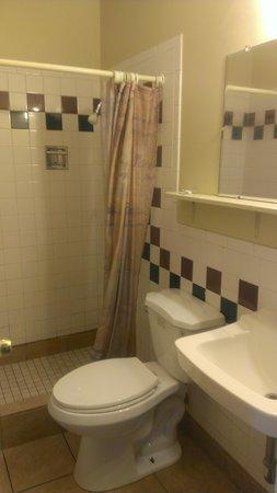 Cozy Rest Motel: bathroom