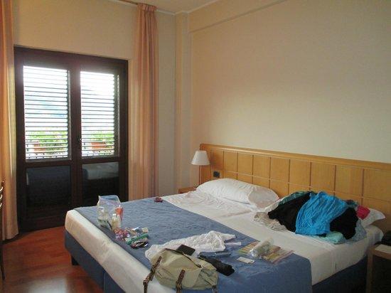 Hotel Dei Duchi: Comfortable bed.