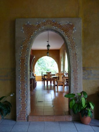Rio Chirripo Lodge & Retreat: The archway to the dining room!