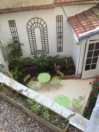 Hotel Delos Vaugirard Paris : View from our window to the patio